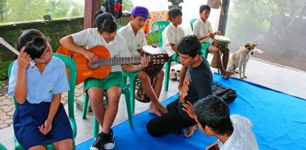 Music lesson at Daya School given by EBPP local staff, trained by proffesional musicians from Denpasar. The young girl in the green skirt was recently ranked No.2 academically in Bali